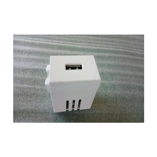 - เต้ารับ USB Input AC220v Output DC 5v2.1A   ขาว